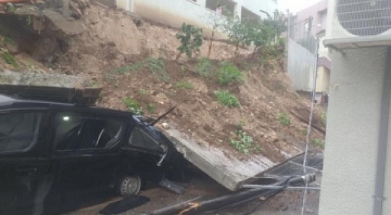 انهيار جدار على سيارات في حي العين بطمرة واضرار جسيمة دون اصابات