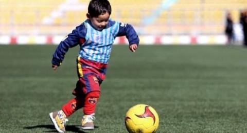 ليونيل ميسي يفي بوعده لطفل أفغاني فقير