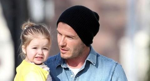 إبنة ديفيد بيكهام تخطف الأضواء من والدها بضحكتها الجذابة