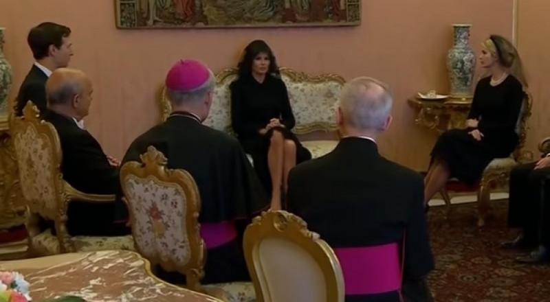 إيفانكا وميلانيا ترامب تتوشحان بالأسود في حضرة البابا