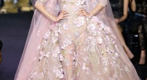 الفساتين البرّاقة والورود أحدث تصميمات أسابيع الموضة