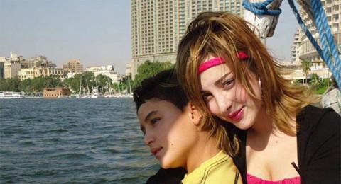 بسمة بوسيل تحتضن شقيقها خلال نزهة على ضفاف نيل القاهرة