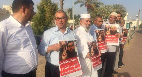 قيادات فلسطينية تتظاهر دعمًا للأسير خضر عدنان