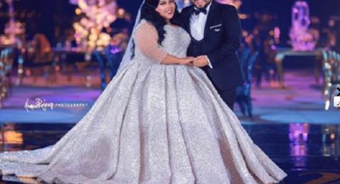 مذيعة شهيرة تخطف الانظار بحفل زفافها.. ارتدت فستاناً مطرزاً ووضعت تاجاً!