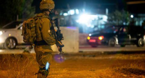 اعتقال 12 مواطنا بالضفة ومداهمة منازل منفذي عملية