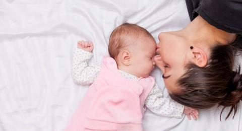 نوم الرضع في غرفة آبائهم يحد من حالات موتهم المفاجئ