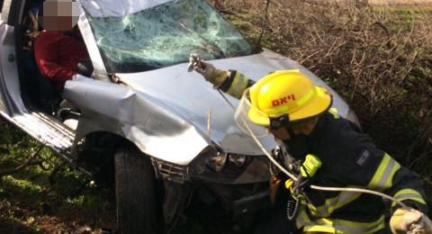 عالقون داخل السيارة .. حادث طرق مروّع قرب المكر