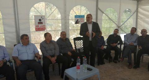 وفد من بلدية ام الفحم يزور خيمة الاعتصام