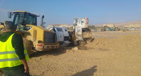 أعمال البحث مستمرة خلف سائق الشاحنة من الطيبة الذي جرفته السيول بالنقب!
