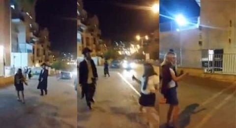 يهودي متطرف يلاحق فتيات بـ العصا ويطالب بذهابهن للبيت!