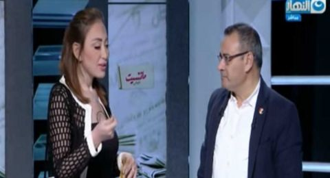 ريهام سعيد تقتحم استديو القرموطي وتهديه ملابس ابنها