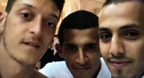 مسعود أوزيل يؤدي مناسك العمرة ولم يسلم من معجبيه