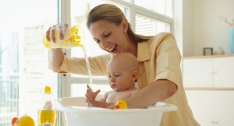 كثرة الاستحمام تلحق الضرر ببشرة الاطفال