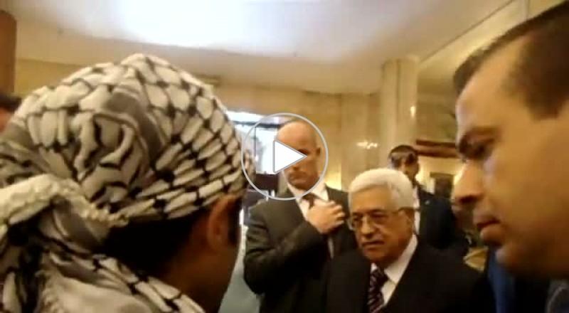 احتجاز جواز سفرة شاب لإطالة لسانه على الرئيس الفلسطيني!