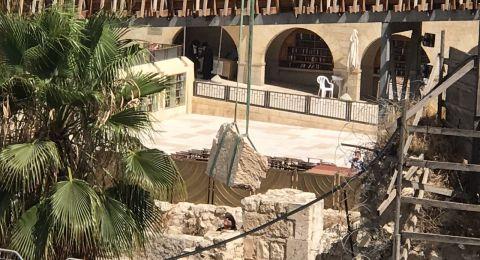 طواقم اسرائيلية تنقل حجرًا سقط من حائط البراق