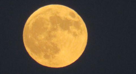 أطول خسوف كلي للقمر بالقرن 21 يشهده العالم الليلة