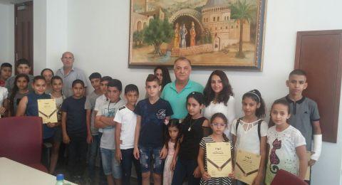 رئيس البلدية يوزع حواسيب ضمن مشروع حاسوب لكل طفل