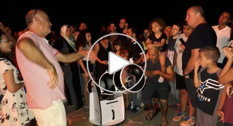 حيفا: الأهالي يراقبون خسوف القمر