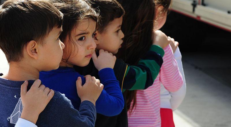 كيف تحمي طفلك نفسيًّا من تنمر زملائه في المدرسة؟