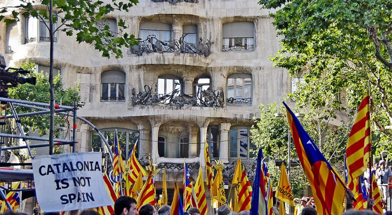 برشلونة غاضبة ..اكثر من 400 الف ينزلون الى الشوارع