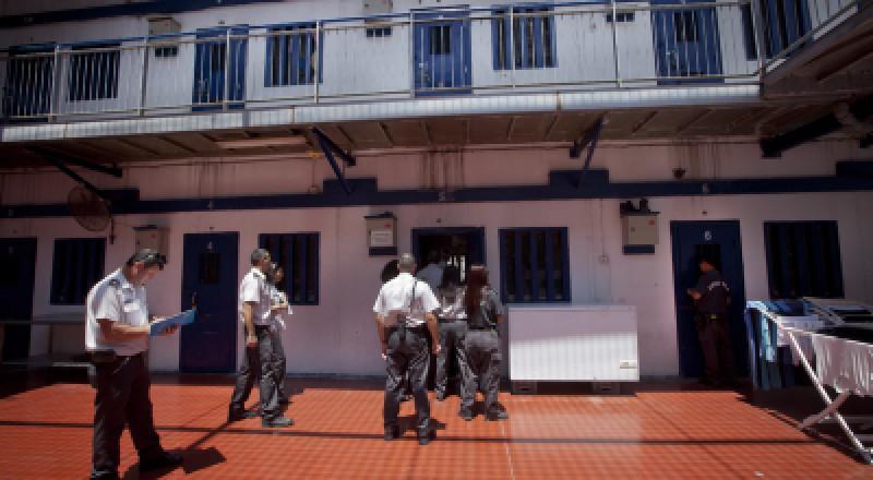 النقب: إدارة سجن النقب تقتحم قسم 14