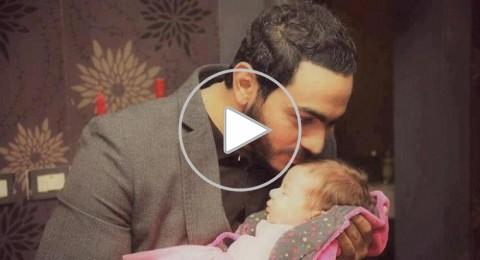 تامر حسني يداعب ابنته تالية و يغني لها