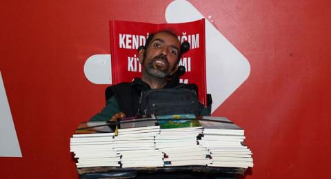تركي يؤلف 15 كتابًا بإصبع واحد
