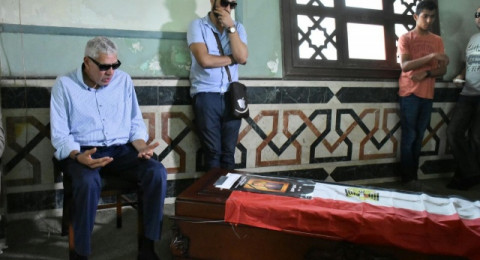 والد عمرو سمير ينهار ويجهش بالبكاء بالقرب من جثمان ابنه