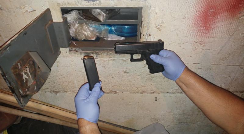 اللد: مداهمة منزل وضبط خزنة تحتوي على مخدرات وأسلحة