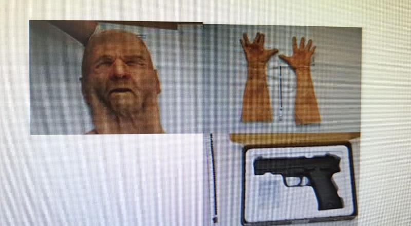 بهذا القناع وهذا المسدس، اعتقال لص قام بعدة عمليات سطو .. واعتقال مشتبه من الطيرة بسرقة مصابيح سيارات