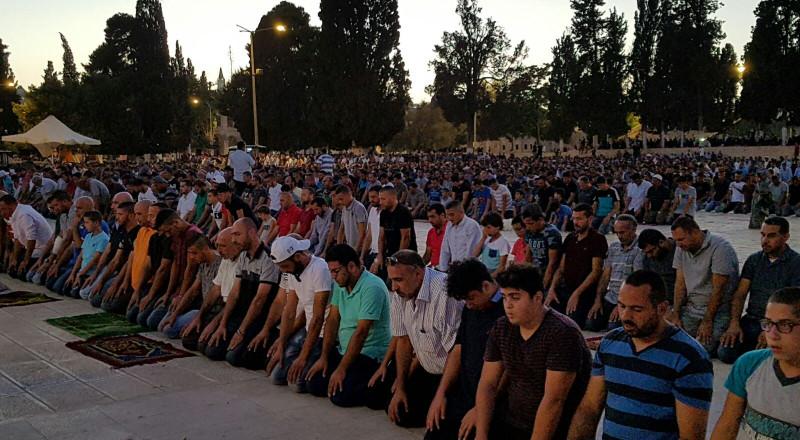 الالاف يؤدون صلاة المغرب في المسجد الاقصى ويرفعون العلم الفلسطيني