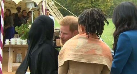 الأمير هاري في موقف محرج بعد رد فعل محجبة على قبلته!