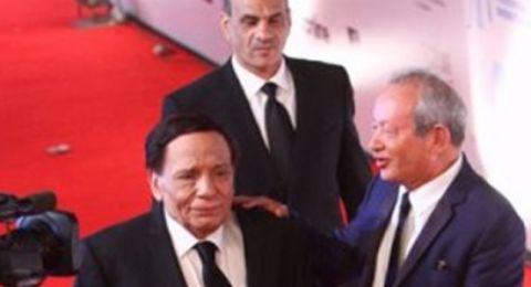 شاهدوا.. اختلال توازن عادل إمام وكاد يسقط على الأرض في حفل افتتاح مهرجان الجونة السينمائي