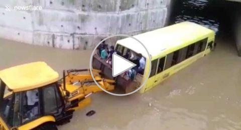 الهند: مياه الفيضانات تحتجز 35 طفلاً في حافلة مدرسية..