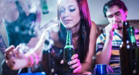 العلماء يحددون تأثير الكحول في دماغ المراهقين والشباب