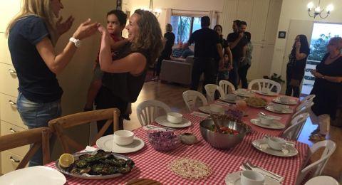 الناشطة يمنى زعبي تستضيف يهوداً على مائدة افطار رمضانيّة