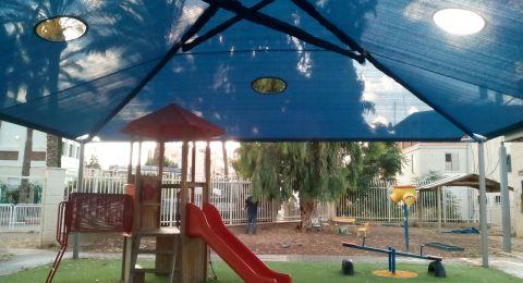 بلدية عكا تقوم بتركيب العرائش في رياض الاطفال