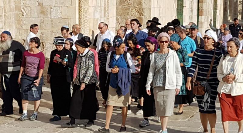 154 مستوطنا يقتحمون الاقصى وابعاد 3 مقدسيات عنه