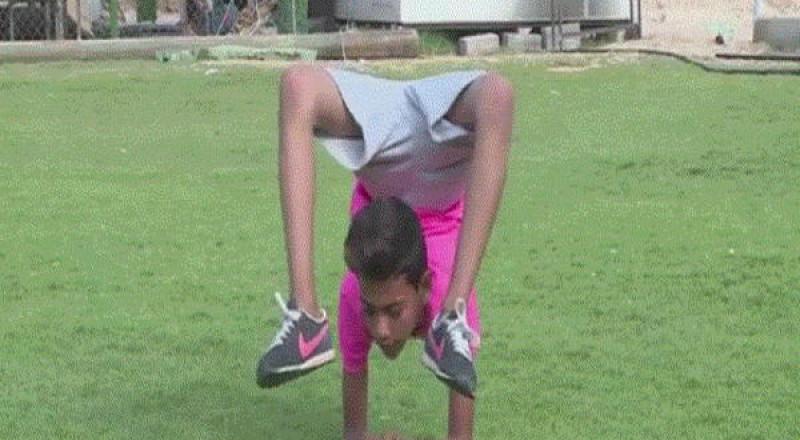 طفل فلسطيني يستعد لدخول غينيس بجسد ملتف على شكل كرة