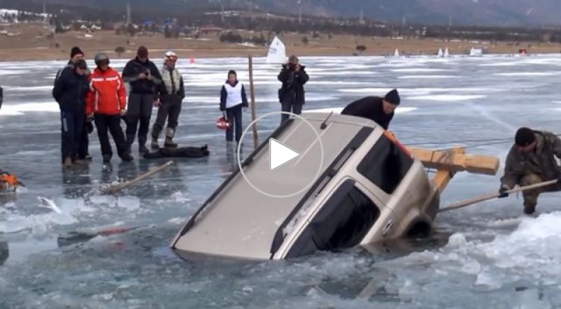 اخراج سيارة من الجليد في بحيرة بايكال