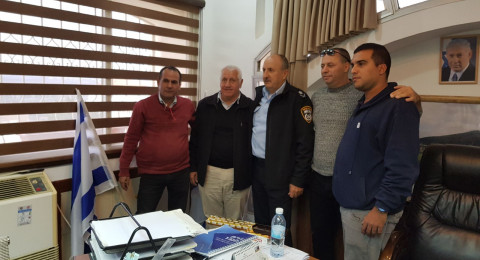 جلسة في مجلس الشبلي أم الغنم مع اللواء حكروش لبحث عملية إقامة محطة شرطة بالقرية