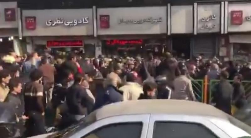 اشتباكات بين قوات الأمن والمحتجين وسط طهران