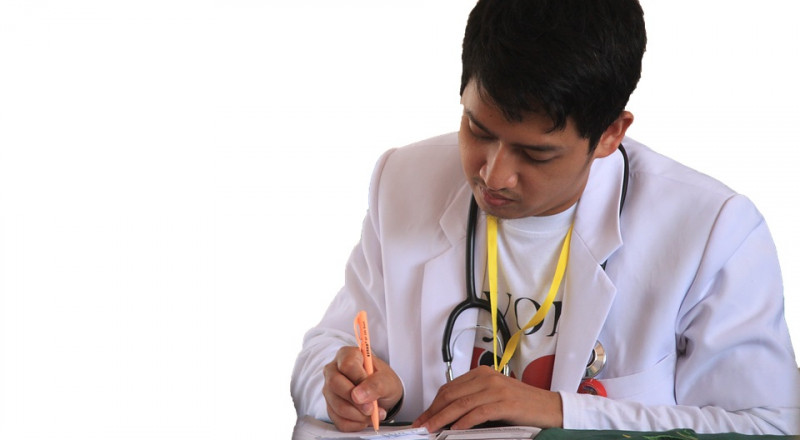 لماذا يكتب الأطباء بخطٍ غير مفهوم؟