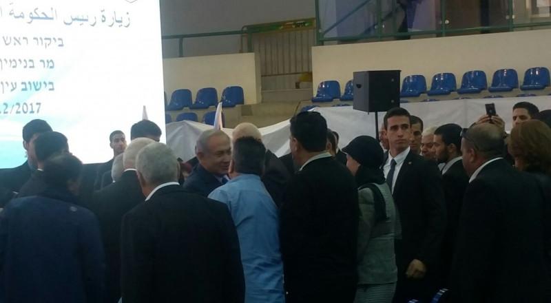 نتنياهو في عين ماهل .. المجلس يستقبله والمئات في الخارج ينددون ويصيحون