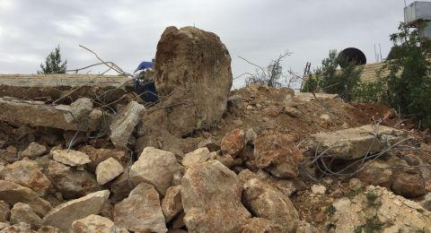 الاحتلال يهدم منزلًا ومقبرة وجدران استنادية في الولجة
