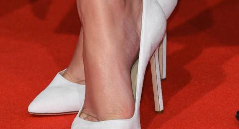 لماذا تنتعل النجمات أحذية أكبر من مقاسهنّ؟