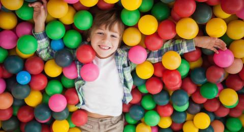 لهذا السبب المهم لا تسمحي لطفلك باللعب في أحواض الكرات الملونة!