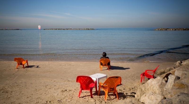 نتانيا: تغريم عامل فلسطيني لعدم ارتدائه سروال سباحة على الشاطئ