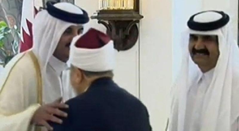 أمير قطر يستقبل القرضاوي..ويقبل رأسه