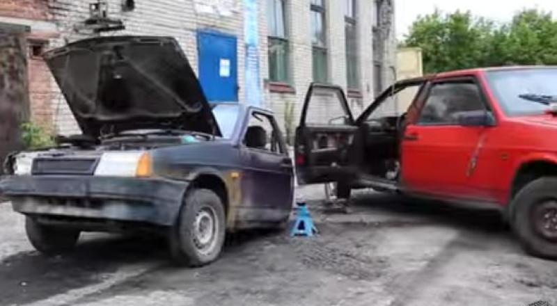 سائقون يلحمون 3 سيارات ببعضها ويقدمون عرضاً مدهشاً بها